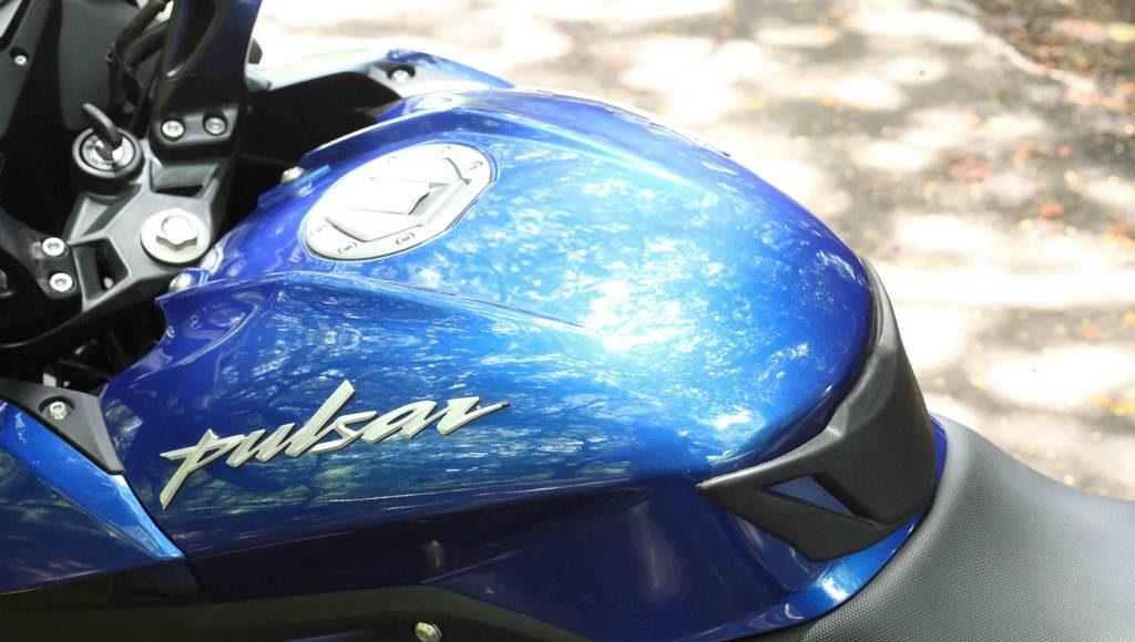 2015 Bajaj Pulsar AS 200 tank