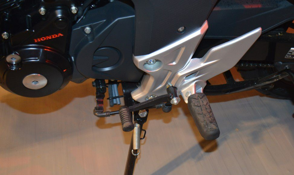 2015 Honda CB 160R Hornet rear set pegs