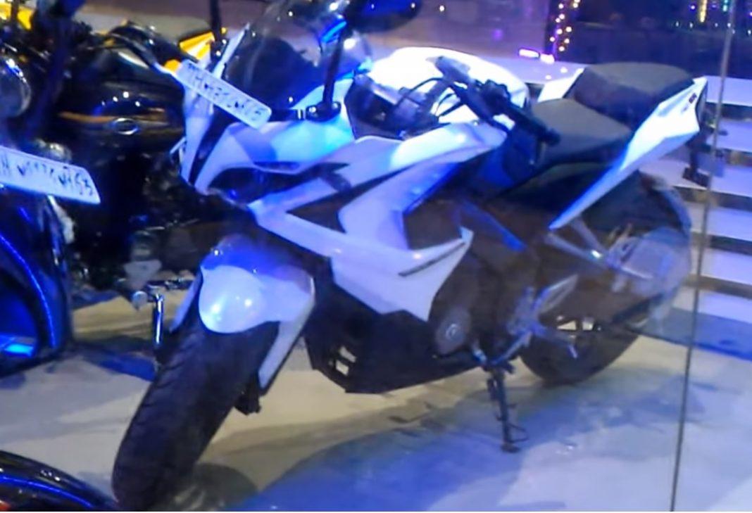 Bajaj Pulsar RS 200 in White Color