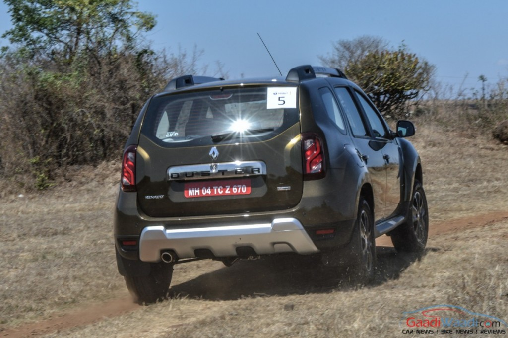 renault duster 2016 rear view review pics 2