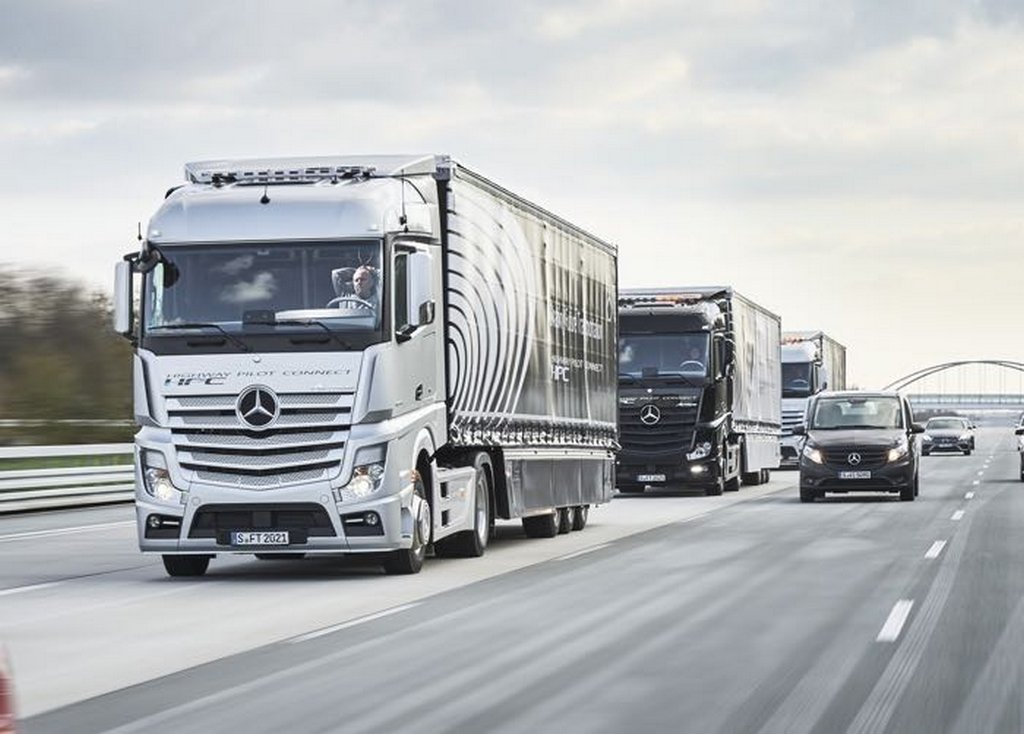 Mercedes Benz Tests connected convoy of autonomous trucks