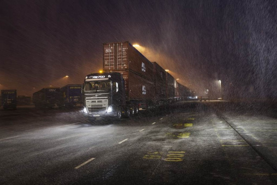 Volvo Truck Pulls 750 Ton 2