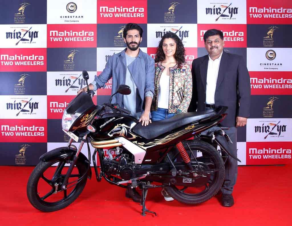 Mahindra-Mirzya-Picture-Harshvardhan-Kapoor-Saiyami-Kher-with-Naveen-Malhotra.jpg