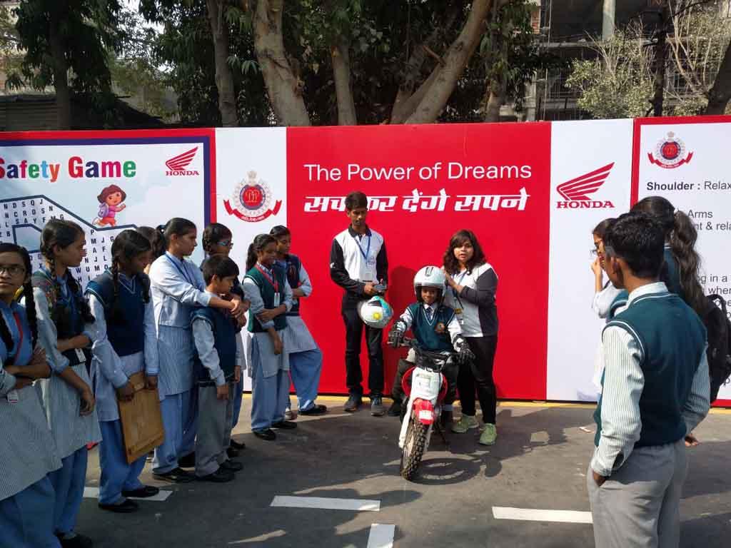 Honda-CRF-50-safe-riding-activity-at-Delhi-Traffic-Police-pavilion-IITF-2016-1.jpg