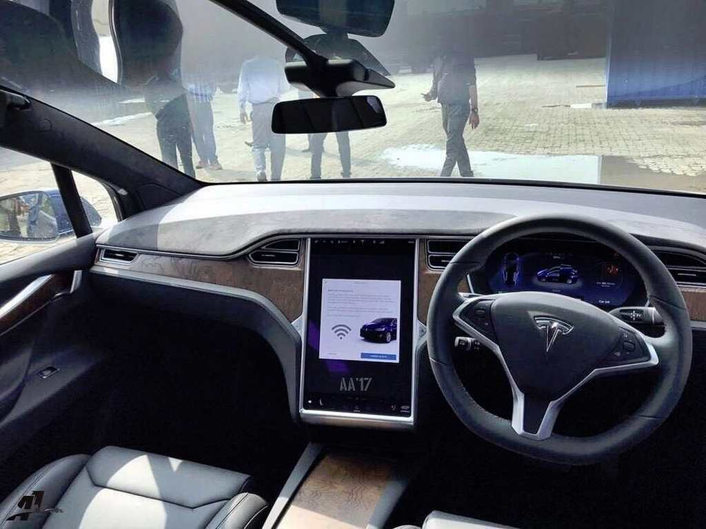 Country 39 s first model x electric suv spotted on video in for Tesla model x interieur