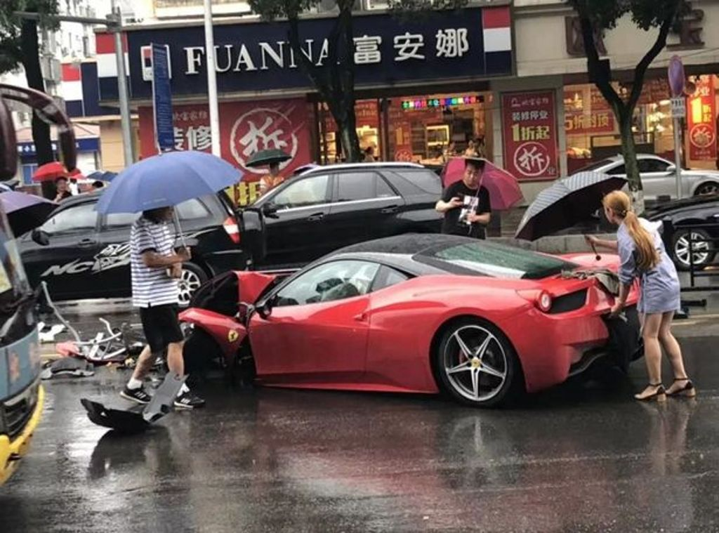Woman-crashed-Ferrari-in-China-3