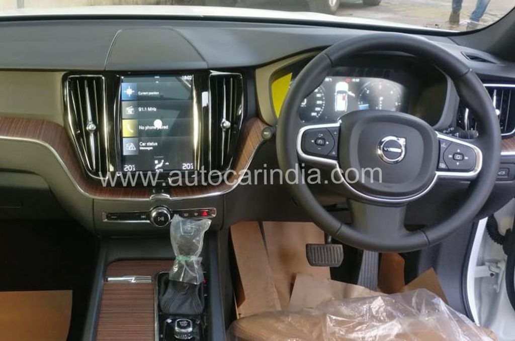 Volvo-XC60-D4-Momentum-launched-in-India-3