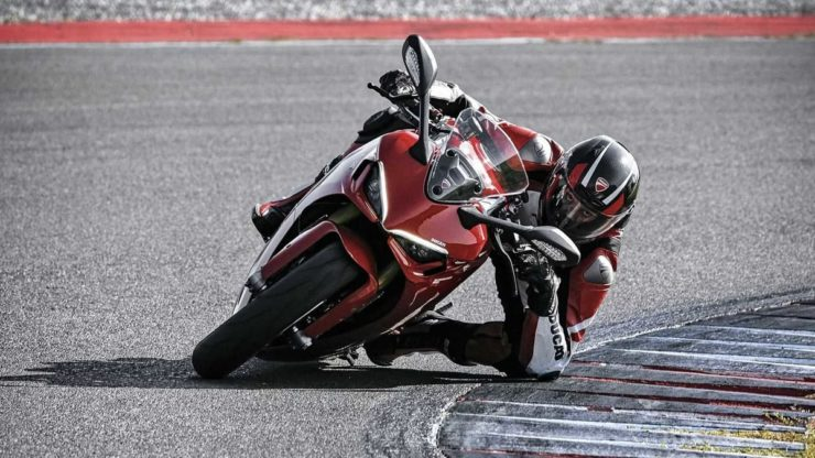2021 Ducati SuperSport 950 corner lean